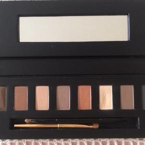 Eye Shadow Palette nr. 700. Den lyse farve er brugt ca. 3 gange. 2 andre farver har antydning af et penselstrejf. Papæske medfølger ikke.  Prisen er fast. Porto = DAO.