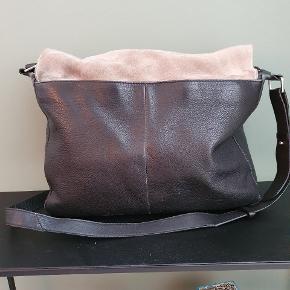Tasken er i fin stand, men har, som vist på billedet en løs søm.  Efter en rens står den endnu skarpere.