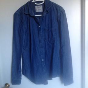 Skjorte købt i Primark i London. Brugt meget få gange. Str 36.  Kan hentes i Nørresundby eller sendes på købers regning