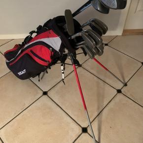 Golfsæt incl bærerbag sælges for kr 600 afhentet i Kolding   13 jern og køller:  1-3-5- fairway køller  3-4-5-6-7-8-9-P Jern Sand og putter andet mærke   Herresæt i stål