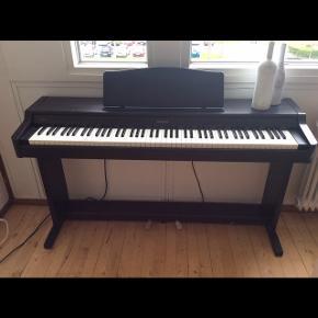 ROLAND HP136, digital piano Nypris vides ikke  Købt brugt for 2500,- for et par år siden. Sælges til 1000,- da det skal væk hurtigst muligt. Det har brugsspor, men er i rigtig pæn stand.  Kontakt mig for mere info  AFHENTES