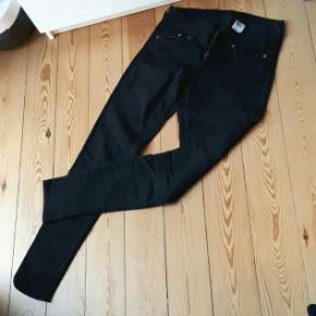 Fine H&M denim jeans, str. 29/32. Lav talje tight fit. Købt herinde, men desværre er de for store.