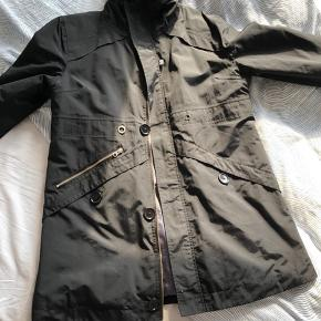 Mærket i nakken er slidt ( jakken er cirka et år gammel og er vasket to gange - allerede efter første vask så det slidt ud 😮 ) Meget fin - Ikke noget synligt slid ellers. Vinter frakke.