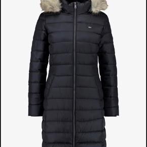 Dunjakke fra Tommy Hilfiger i en figurnær model. Str. XXL - Passer XL (er lille i str) Farve: Sort  Jakken føles ikke tyk/tung at have på, tiltrods for at den er dejlig varm og har fyld af dun og fjer. Den har en (aftagelig) kunstpris hætte - obs pelsen kan også alene tages af.  Den er kun brugt en halv sæson (fra januar 2020), hvorfor standen er rigtig god.