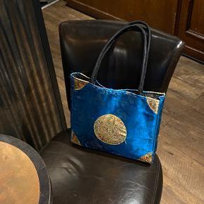 Vintage asiatisk taske - med lynlås - har ingen små rum i tasken - kun et stort rum - print med blandt andet påfugle og drager - blå skinnende farve med gul cirkel i midten
