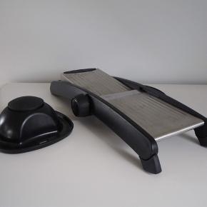Prima mandolinjern af mærket OXO.  Fuld funktionsdygtigt med skarpe snitteevner.   Oprindelige pris 799,99kr