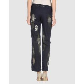 Helt nye skønne bukser fra Casta&Puro, med fede håndmade detaljer. Sælges super billigt! Størrelse 28 Sender gerne og hurtig :-)