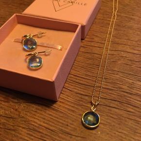Izabel Camille, Prima Donna Aqua Q halskæde og øreringe 🐳 Kæden er 42 cm. Sættet er forgyldt, 925. Nypris er i alt 1200 kr Mp er 600 kr Aldrig brugt, fik det i julegave uden byttemærke 👍🏼