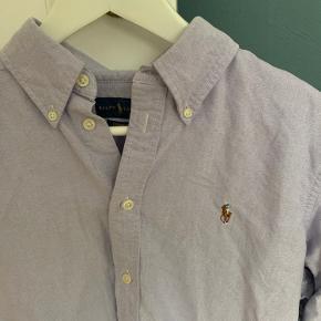 Ralph Lauren skjorte i størrelse L, men passer en M. Aldrig gået med, har kun hængt i skabet.