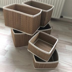 Sælger disse opbevaringsbokse fra Ikea. Der er 4 store og to små.  De store måler 25x16x16 og de små måler 16x16x9 cm  Sælges samlet :)