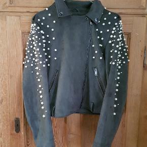 Costumized faux ruskinds jakke str 42. Super flot med perler og nitter 🤩