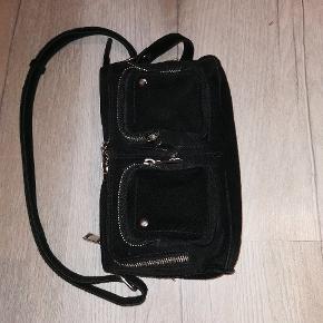 Super fin nunoo taske. Brugt i 1-2 år, men ingen skader. Dog lidt slid omkring lynlåsen.