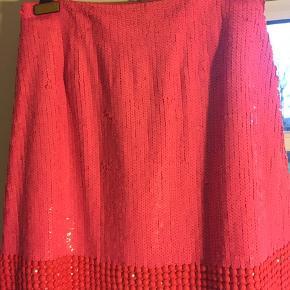 Den ultimative nytårs-nederdel med tusindvis af påsyede pailletter og perler fra By Malene Birger. Str 36 men fitter også en lille 38, vil jeg sige. Fed pink lidt neon-agtig farve. Skjulte stiklommer i siderne. Brugt to gange - uden fejl og mangler. Skynd dig at få fingre i denne meget specielle nederdel😉