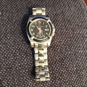 Sælger dette ur fra Tommy HilfigerKlassisk elegant herreur / kan sagtens bruges af begge køn  Den lave pris skyldes at der skal nyt batteri i uret og så fungerer det perfekt !  Der medfølger et ekstra led til remmen   Kan ses/afhentes på Østerbro