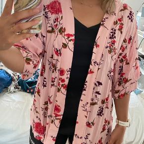 Blomstret Kimono fra Nelly. Der er lidt sammentrækning bagpå, som giver en lille form bagpå :-)