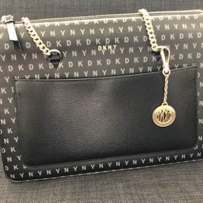 DKNY bryant tote shopper skuldertaske med logoprint i sort. Str. medium. Brugt enkelte gange, fremstår som ny. Købt for 1849 kr. Sælges for 850 inkl. fragt.