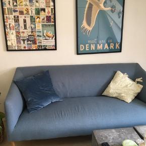 Fin 2,5 sofa i blå med lyse træben. Næsten ikke brugt og nypris var 4599kr.