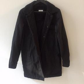 Fin, sort denim-jakke med for på kraven Brugt meget få gange
