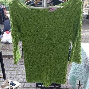Grøn hjemmestrik / bluse i elastisk materiale .