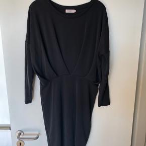 Smuk tætsiddende kjole fra Soaked in Luzury  Kjolen er i 70% modal og 30% polyester som er en blanding der gør kjolen blød i et strækbart materiale  Nypris 799,00 DKK Se også mine andre annoncer 😊