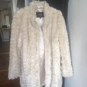 Lækker varm fake fur frakke.. en knap skal lige syes fast, fejler intet. Det blir koldt igen