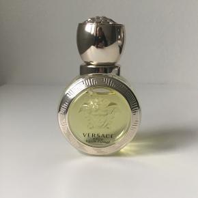 Lækker duft fra Versace. Brugt få gange. Købt i august. 30 ml. Nypris 300kr.