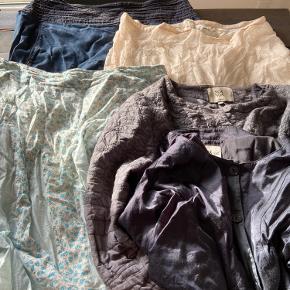 Tøj pakke  Er brugt.. men pænt  Der er 3 nederdeler,  1 jakke ( grå)  1 kort ( mørk blå) jakke