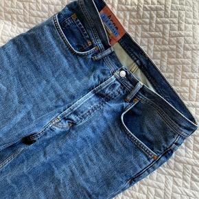 Jeans fra Acne - model Log Mid Blue. Str 28/32. Brugt få gange, fremstår som nye ✨