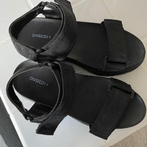 Sandal med kraftig hæl. Sålhøjde 7 cm.  Brugt få gange