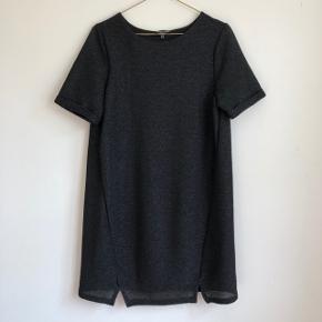✨ Pæn kjole fra Warehouse med diskrete glimmer detaljer i stoffet ✨ Går til over knæene og har en afslappet t-shirt-dress lignende pasform ✨ Brugt til enkelte festligheder og er derfor i god stand