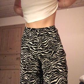 Lækre løse bukser fra Zara. Bukserne er cropped i længden af mig selv. Ingen tegn på slid. Passer S-L.🍄🍄🍄