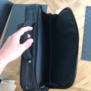 Sælger denne computertaske i sort. Der er masser af opbevaringsplads i tasken til bl.a. Computer tilbehør, skolebøger, noter osv. Og naturligvis til computeren.  Perfekt til studie eller almindelig skolegang.  Tasken kan afhentes i Holstebro eller sendes på købers regning.
