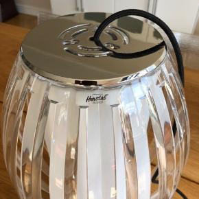 Herstal Tentacle Pendel stor 38 cm høj - 25 cm i diameter på det bredeste. Giver flot og hyggeligt lys.