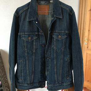 Jeg sælger denne Levi's jakke, da den er blevet for lille. Den er stort set ubrugt.  Bud er velkomne. Skambud ignoreres. Send en sms, hvis du vil have fat på mig over telefon.