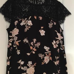 Brand: ? Varetype: bluse Farve: sort  Sort blomstret bluse, med blonde øverst...kun brugt en gang.