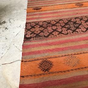 85x123 Håndvævet i Sivas provinsen  i Tyrkiet for ca. 40 år siden. Farvet med plantefarver og 100% uld Tæppet er vendbart, så man kan bruge den side man synes er finest.