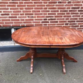 GRATIS BORD! (Kun bord) Står i opgangen.  Afhentning i dag er prioriteret!  Der medfølger tillægsplader.   Længden: 154 cm (ekstra plade på 45 cm) Bredde: 107 cm Højden: 68 (under bordet) / 75 cm med top