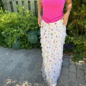 """Lang og smuk nederdel med frynser. Købt hos Gitte Green i Hellerup og er fra mærket """"Petrovich & Robinson Paris"""" 🌿 Den er i en italiensk str 42, som svarer til en str m."""