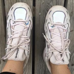 Super seje moderigtige sneakers. De er sart lyserød med reflekser og glimmer i pastelfarver. Mega fede. Brugt få gange. Standen er fin - se billeder.