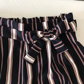 Sælger disse bukser fra Zara i str. M. Bukserne har aldrig været brugt.  Ny pris var 170,-  Kom med et realistisk bud:))  Skriv endelig for flere billeder eller spørgsmål:))