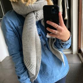 Dejlig stort og varmt halstørklæde fra Pieces🤍 kradser slet ikke - 5% uld 95% acryl