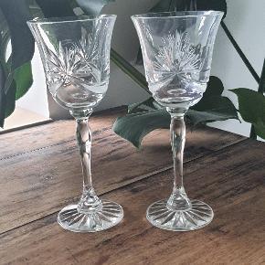 Solid tunge kryatal vinglas med fine slibninger.  19,5 cm. Høj 8 cm. Ø  Sælges samlede for 150.