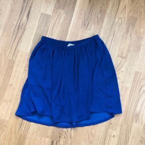 Fin løs nederdel med elastik i taljen   Mærke: Moss Copenhagen  Str. L, passer også en M Farve: blå