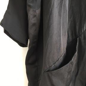 Mørkeblå Kokoon cardigan - den har tegn på slid, men fungerer stadig fint. Knappen ser lidt slidt ud, men ellers holder stoffet og farverne fint. Sælges billigt. 150,- pp Sendes eller afhentes/prøves på Nørrebro