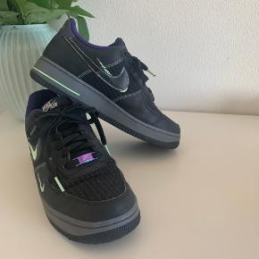 """Lækre Nike air Force 1 low cos i sort. Næsten ikke brugt, fejler intet. Nypris 900kr - kvittering haves. Kan ikke fåes længere.  de lyser når man """"blitzer"""" dem :) ses på sidste billede."""