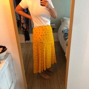 Smuk nederdel, som aldrig er blevet brugt. Passer en str. M.
