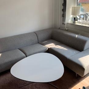 Vi sælger vores lækre bolia.com seville sofa i slidstærkt nantes multigrey stof. Sofaen er ca 3 år gammel, fejler intet, fin stand, og har stået i røgfrit hjem.  Den måler 269x212 cm  ♥️ Kom evt med et godt bud ♥️☺️
