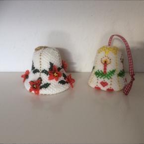 2 Retro juleklokker lavet af originale grønlandske perler . Fin stand ca 12 cm høje   Byd