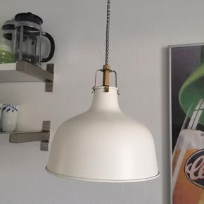 Hvid ikea loftslampe. 23 cm i diameter. Så god som ny, har bare hængt i loftet.
