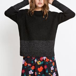 """Sælger denne smukke sweater fra Envii.  Modellen hedder """"Enbobo Knit block glitter 5171"""" og er i farverne Black/Silver.  Det er en størrelse L, og sen er helt ny med prismærke.  Nypris: 450.  Flere billeder kan fremsendes :-)"""